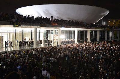800px-Protesto_no_Congresso_Nacional_do_Brasil,_17_de_junho_de_2013